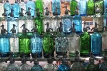 Sifons, as tradicionais garrafas de soda argentinas, à venda na Feira de San Telmo