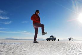 Fotos clássicas brincando com perspectivas: um fundo infinito de céu e sal